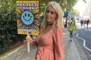 Ecologista protestó en topless para lograr una reunión con Boris Johnson (FOTOS)