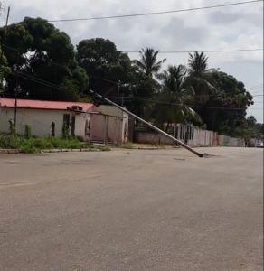 Por un poste caído más de 100 familias en riesgo de quedar sin luz en Ciudad Bolívar (FOTOS)