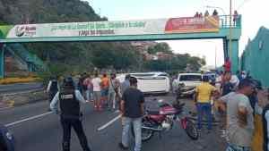Al menos dos personas heridas tras chocar una camioneta en la cola de gasolina en el puerto de La Guaira #24Oct (FOTOS)