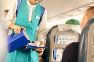 Azafata reveló por qué no deberías consumir ciertos productos en un avión