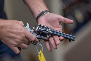 Productor prohibió el uso de armas reales en el set tras la tragedia que involucró a Alec Baldwin