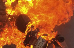 IMÁGENES: Moto incendiada en la autopista Francisco Fajardo alarmó a conductores este #24Oct